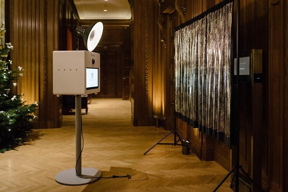 Fotobox Set-up mit Hintergrundsystem